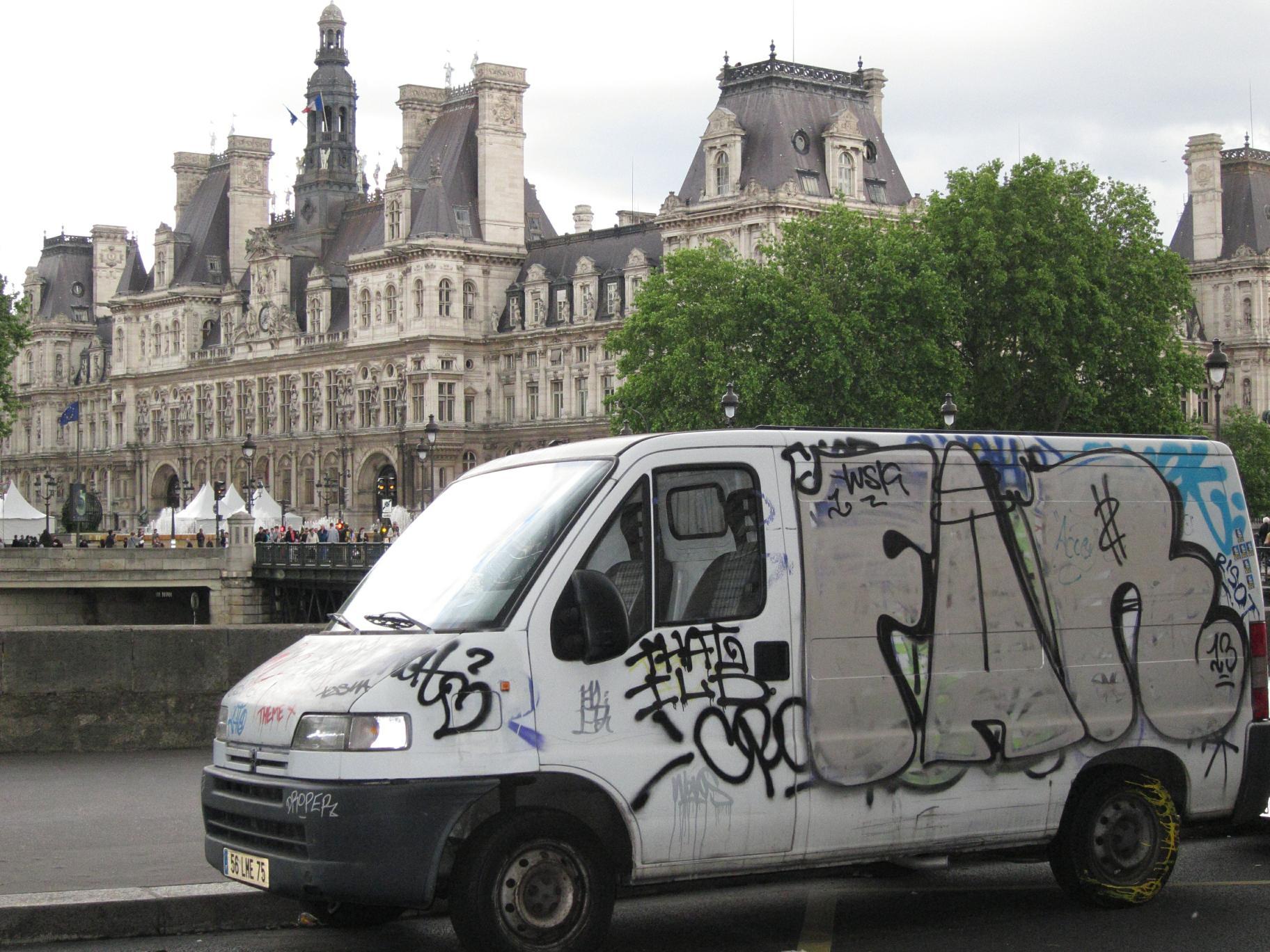 Hôtel de Ville and a ghetto truck.