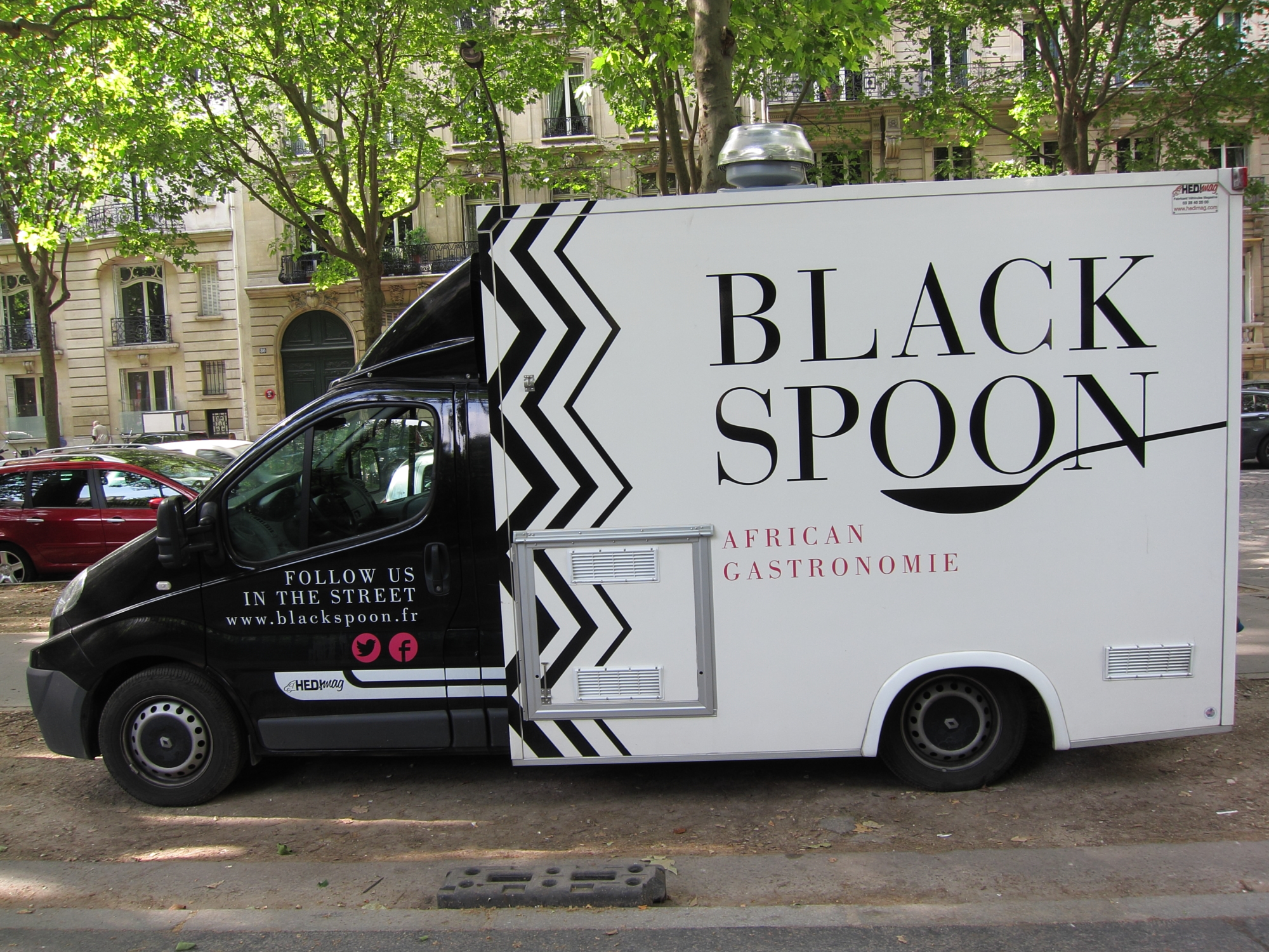 Food truck parked outside Parc Monceau.