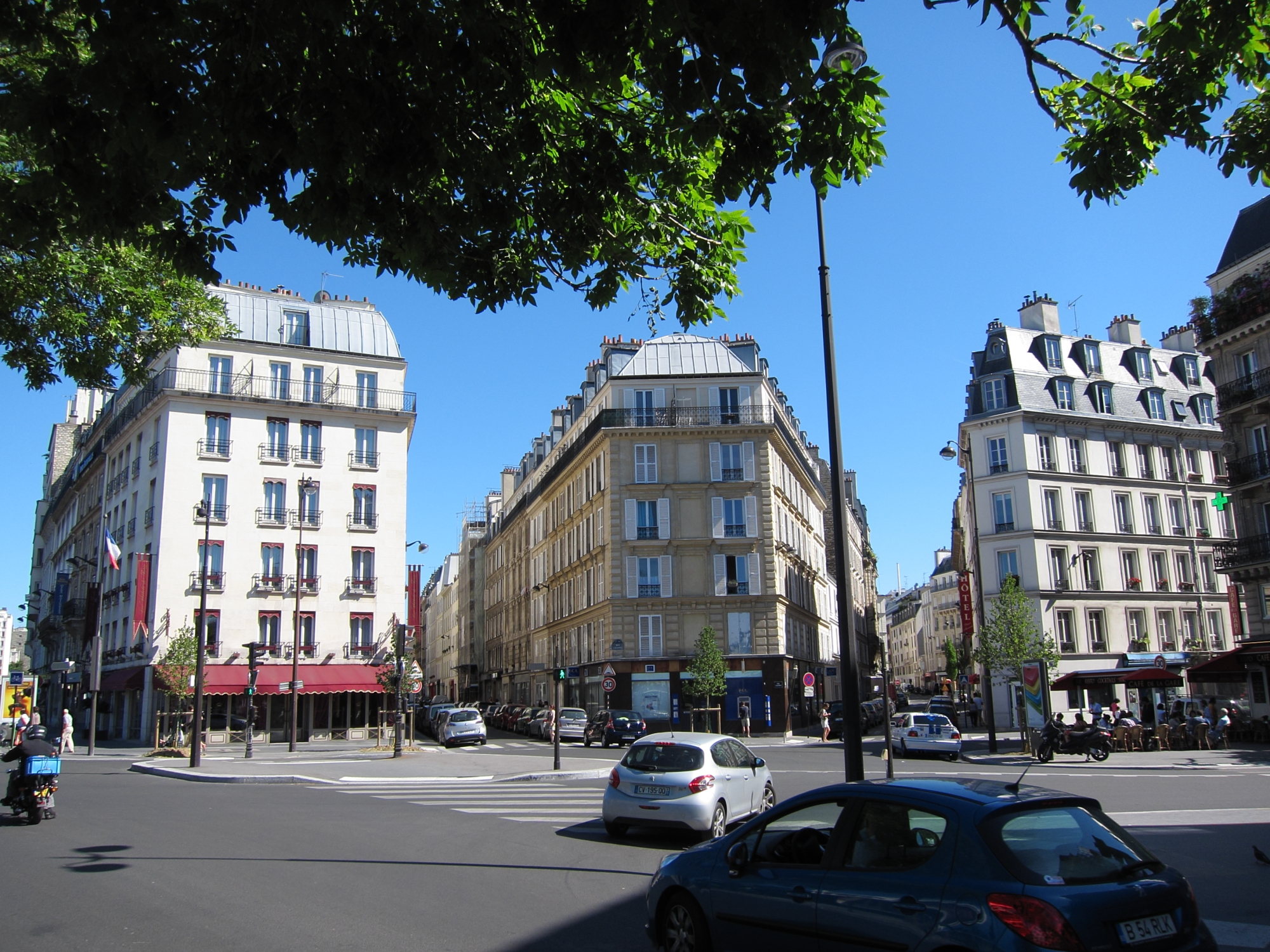 A grand square at railway station Pont-Cardinet that I had never seen, though I had visited the Square des Batignolles just across the tracks.