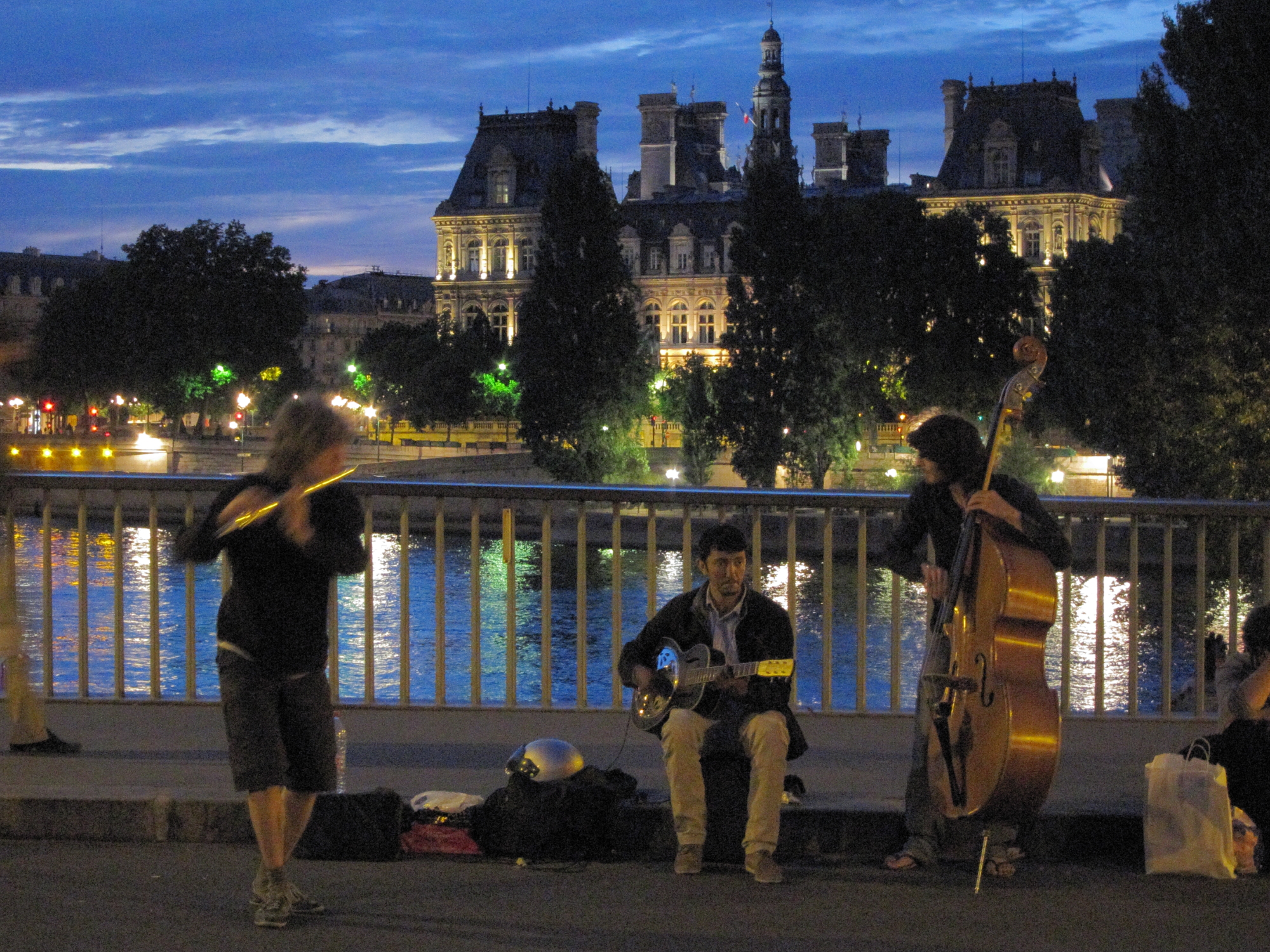 Street musicians on Pont Saint-Louis, between L'île Saint-Louis and L'île de la Cité.