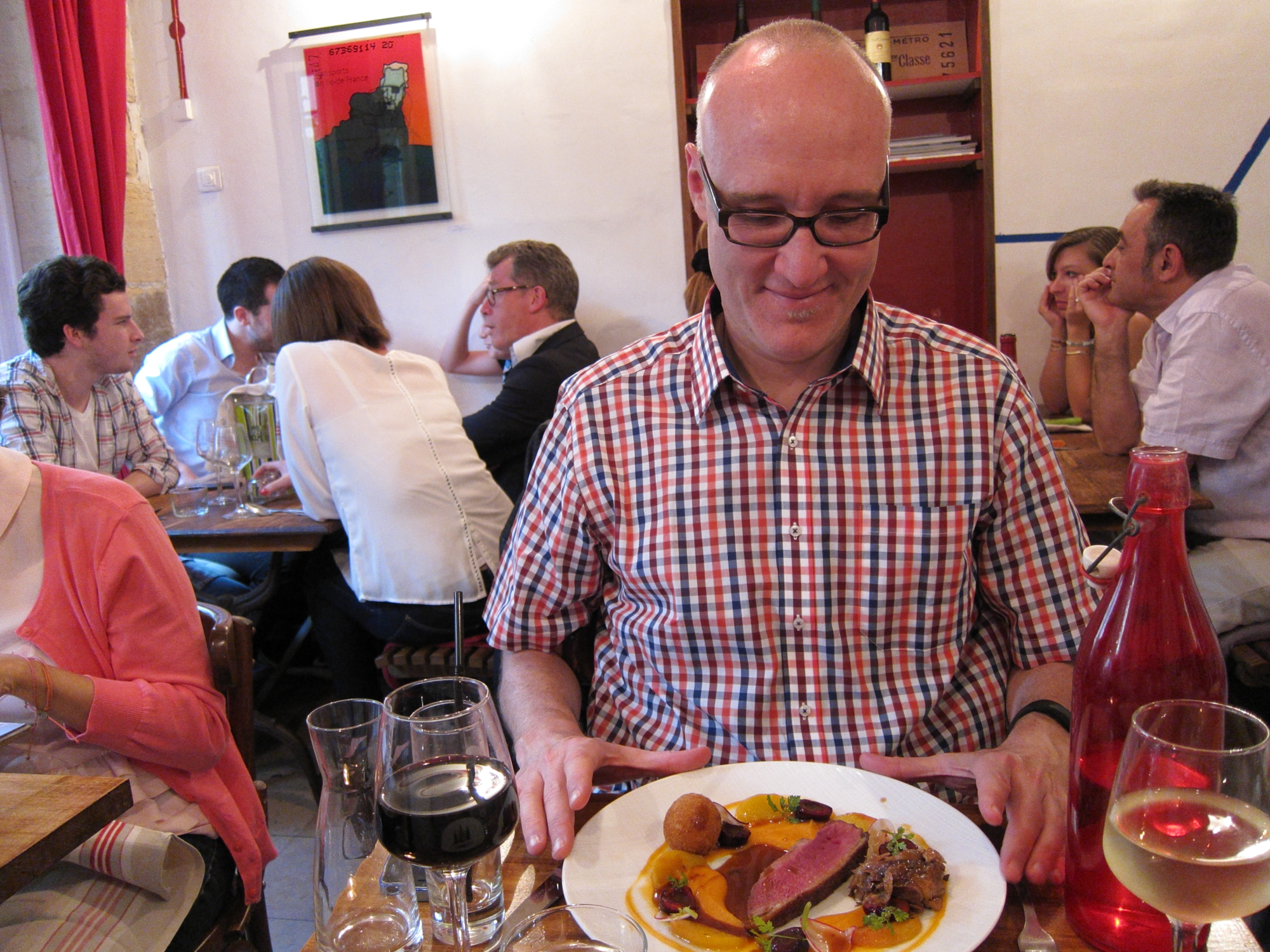 Jaime with his main course at Metropolitan, amidst an agreeable group of diners.