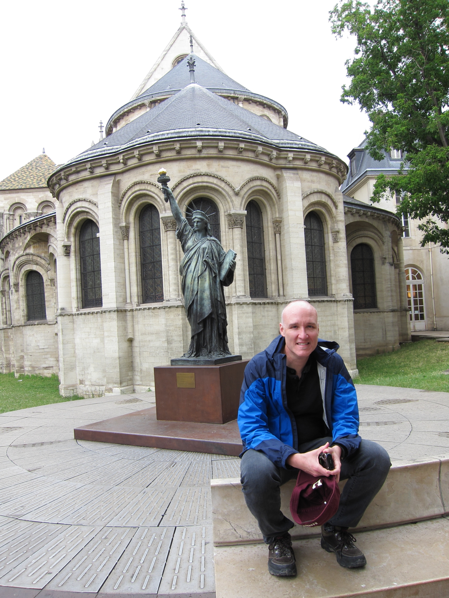Jaime with a little statue of liberty at the Musée des Arts et Métiers, in a former abbey.