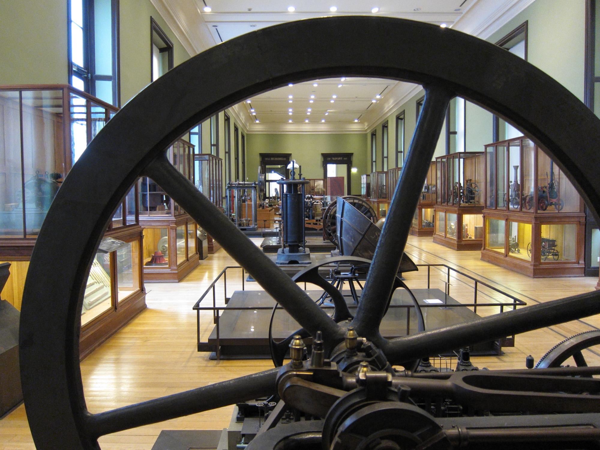 One of dozens of exhibit halls at the massive and marvellous Musée des Arts et Métiers.