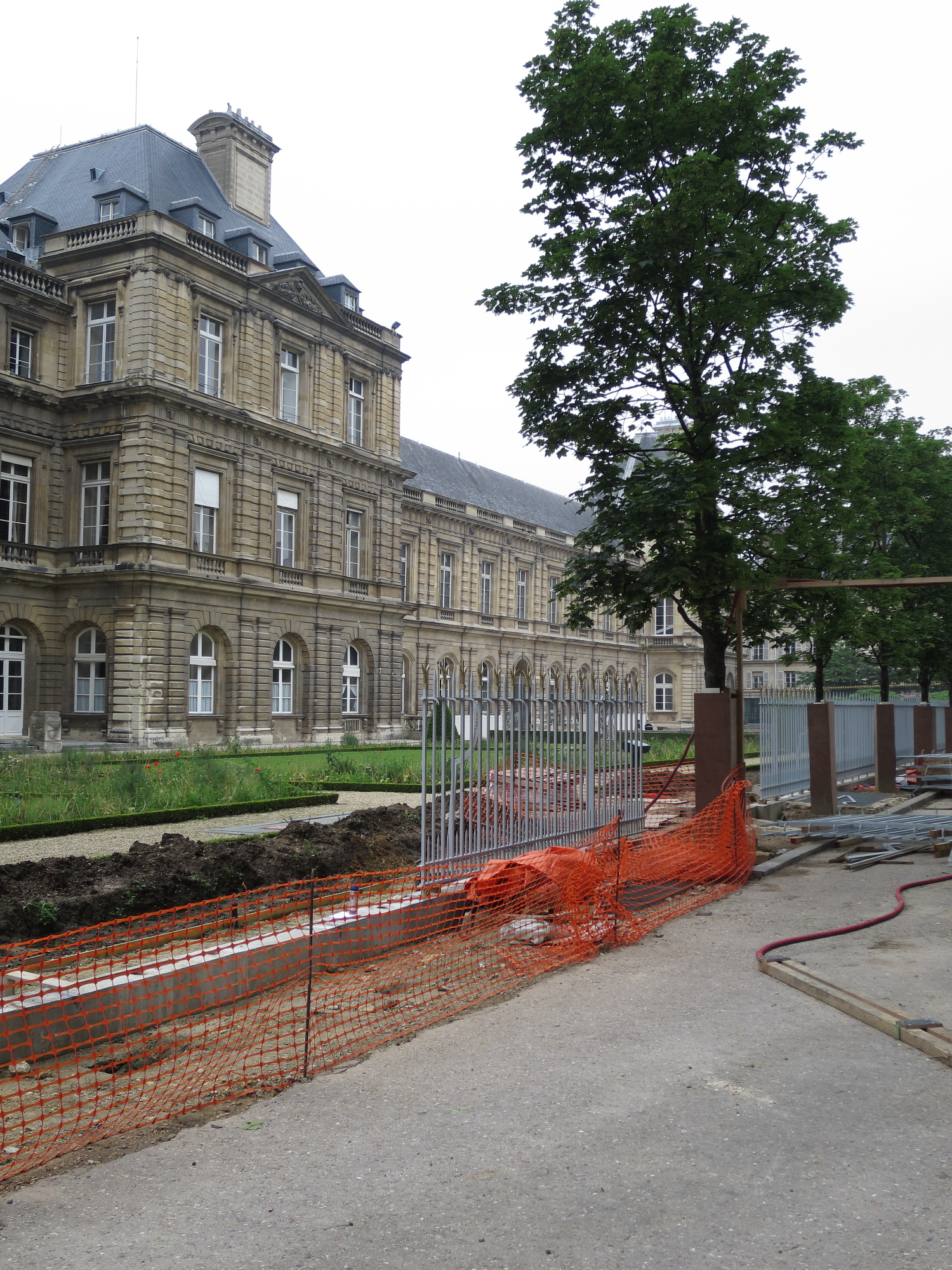 Security fence going in around the Sénat in the Jardin du Luxembourg