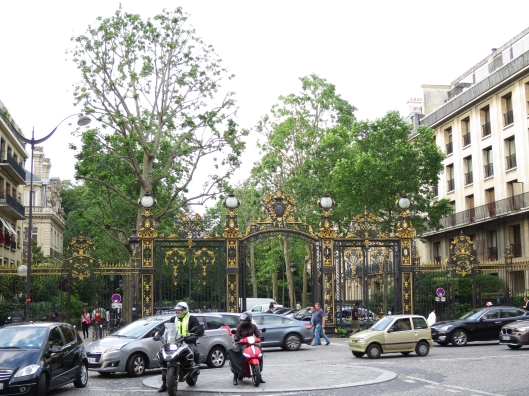 Gilded entrance to post Parc Monceau