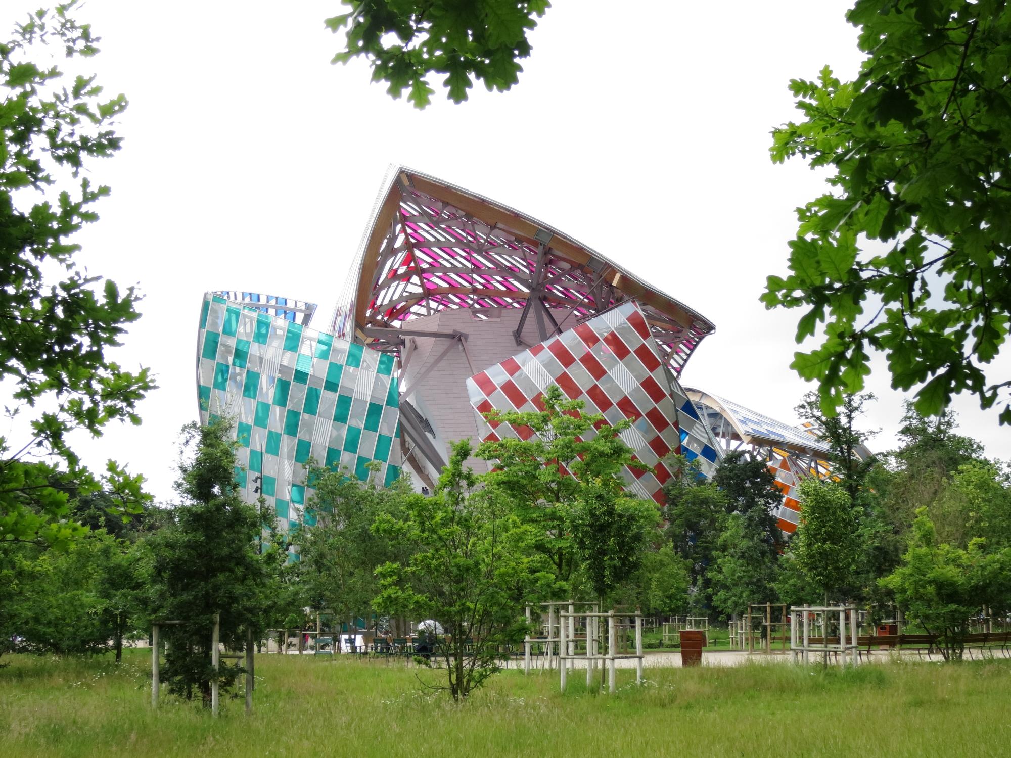 Hideous defacement of Frank Gehry's Fondation Louis Vuitton