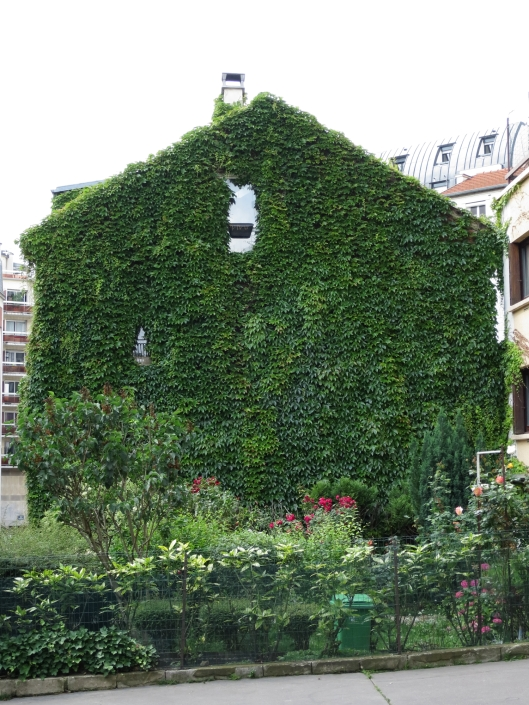 Ivy-covered cottage on rue de Crimée, near Place des Fêtes